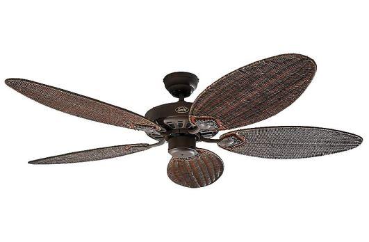 Ventilador de techo rattan con aspas antiguas.